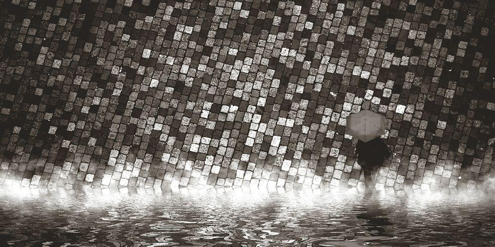 Woman Parapluie Variations Miroirs Entre Ombre Et Lumiere Digital Art Photography Mix Macadam Water