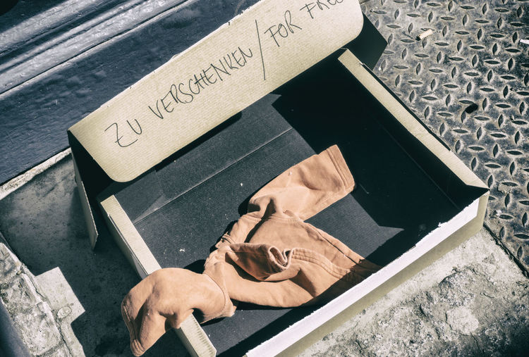 Cardboard box with donated piece of clothing offering for free 'for Free' Berlin Box Cardboard Clothes Color Image Day GERMANY🇩🇪DEUTSCHERLAND@ High Angle View Horizontal No People Outdoors Piece Of Writing