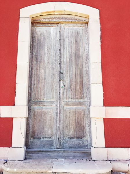 Türen sind Neuanfänge Neugierde Barrieren überwinden Schwellen Neuanfang EyeEm Selects Entrance Closed Door Architecture Built Structure No People Day Red Old Wood - Material Weathered Pattern Building Exterior Wall - Building Feature