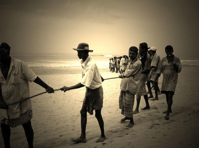 2006 Beach Fishing Men Outdoors People Real People Sea Sky Sri Lanka Water スリランカ ビーチ 漁業 魚釣り