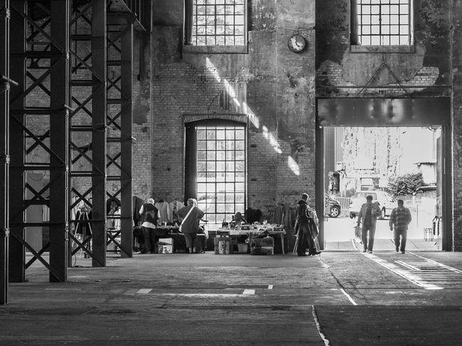 flohmarkthalle, viel platz Streetphotography Streetphoto_bw Market People Monochrome Architecture_bw Architecture Fujix10