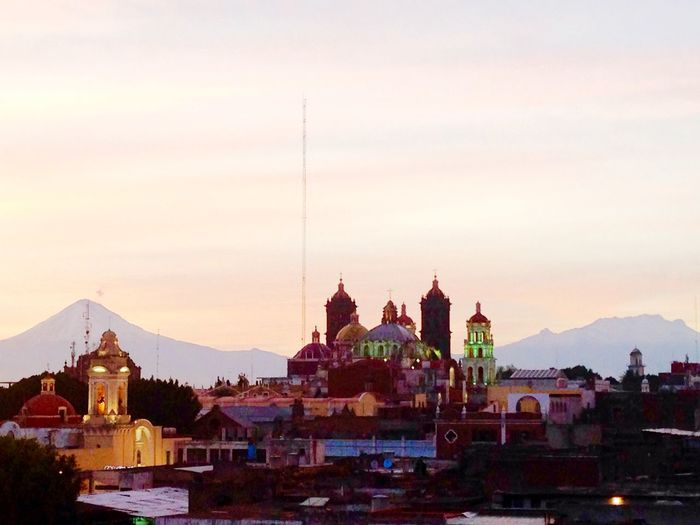 Bellezas poblanas La Catedral y al fondo los volcanes Popocatépetl e Iztaccíhuatltal Volcano Sunset Landscape Urban Landscape From My Point Of View Enjoying Life Taking Photos Architecture Discover Your City City