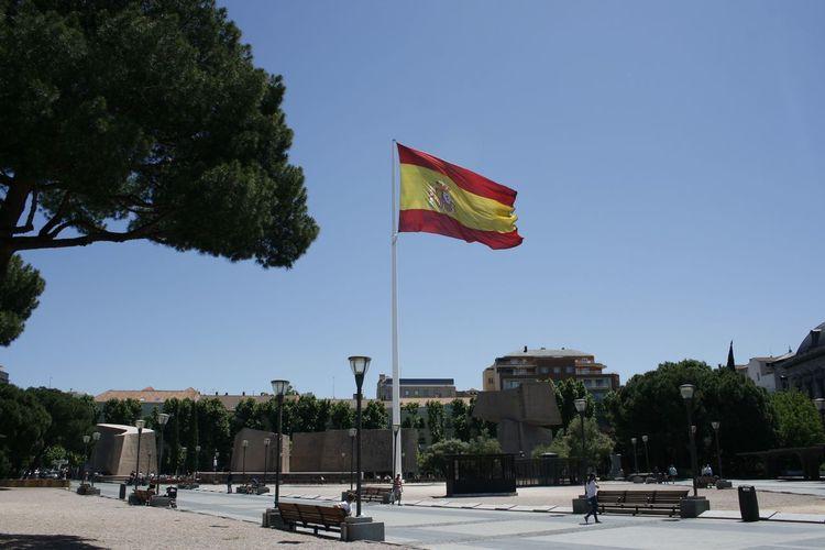 Spain♥ Madrid Bandera Colon Plazadecolon No People Plaza Relaxing City Sun