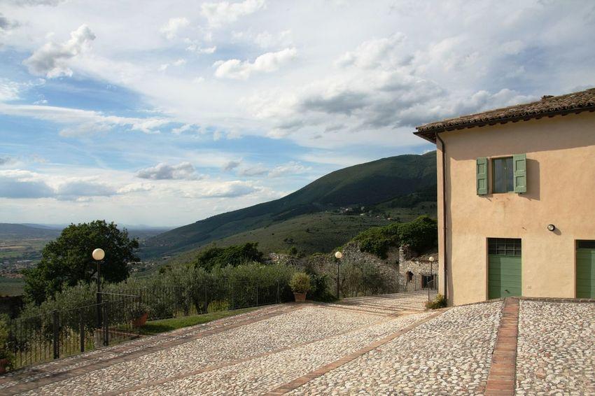 Destinationwedding Green Hills And Valleys House Italia Italien Italy Perugia Sky Spoleto Wedding