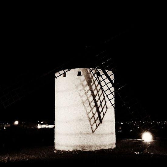 Molino by Nigh Noche . Una imagen que te lleva a recordar la Lucha de Donquijote con los Gigantes