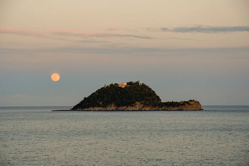 super moon on the isle Super Moon Super Moon 2018 On The Island Gallinara Isle Liguria,Italy Scenic View Seascape Beauty In Nature Natural Phenomenon Wonderful Nature Travel Destinations Tranquil Scene Serenity Nature_collection Ligurian Sea Travel Nature Sea Tranquility Moon Beauty In Nature Scenics Sunset Tranquil Scene Outdoors No People Sky Horizon Over Water