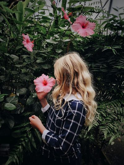 Real People One Person Day Lifestyles Outdoors Flower Nature Plant Blond Hair Hair Beauty In Nature Nature Child Fragility Pink Color Freshness