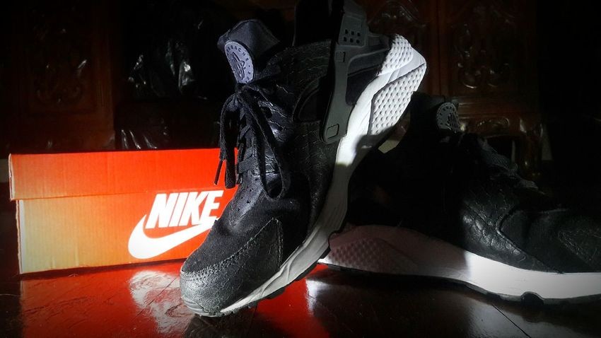 Nike Air Huarache PRM Night Close-up Swag Black Sneaker Sneakerhead  Sneakers Shoe Shoes Huarache Nike Huarache  Nike Shoes Nike, Just Do It Nike✔ Nike Out Of The Box