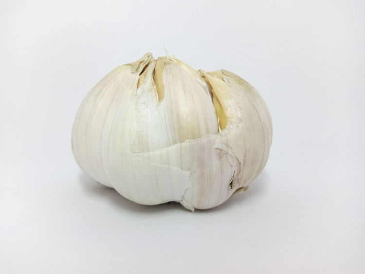 White Background Healthy Eating Freshness Food Studio Shot Single Object Vegetable Close-up Food And Drink No People Garlic Bulb Garlic Clove