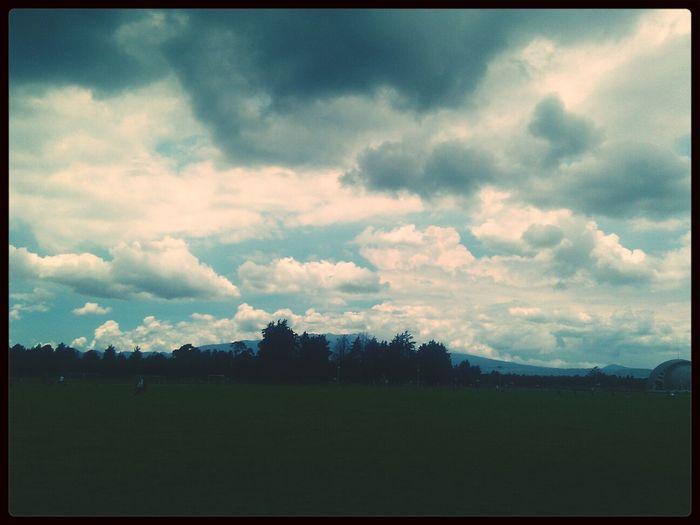 Hey.. Nubes Caminando Bajo La Lluvia... Dia Perfecto Paraise City