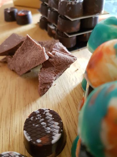 Chocolates variados Afrique Africa Camerun Cameroon Cameroun Chocoholic Sweet Dulce Capricho Cocoa Cacao Colour Colours Coffeetime Colores Couleur Chocolat Chocolate😊 Bombom Table Wood - Material High Angle View Close-up Sweet Food Food And Drink Chocolate Dark Chocolate Chocolate Bar