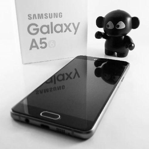 """Voici le nouveau venu 😄 le Samsung Galaxy A5 version 2016...après le Samsung Galaxy SII et SIII, on persiste et signe pour les Samsung. Sera t'il aussi """"solide"""" que les autres ? Lui et moi, on est engagé pour 2 ans, affaire à suivre... 😛 Samsung Samsungfrance Samsunga5"""