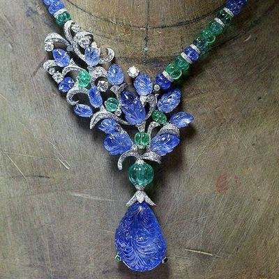Mavi Rüyalar Iyigeceler L'Odyssée de Cartier Highjewellery Necklace in Platinum , set with a 67.94ct carved Sapphire , melon-cut Sapphire , Emerald beads, sapphire carved leaves and Diamonds . Photo by courtesy of @Cartier Blogger Jewelrylovers Jewelleryaddict Jewelrydesigns Hautejoaillerie Inspiration Iconic Luxury LUSSO LussoStyle Jewelblog Jewelryporn