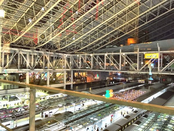 ガラスに映る光のイルミネーションとスノーマン(←わかる⁇) Osaka Station Platform Snowman⛄ Christmas2016 Japan