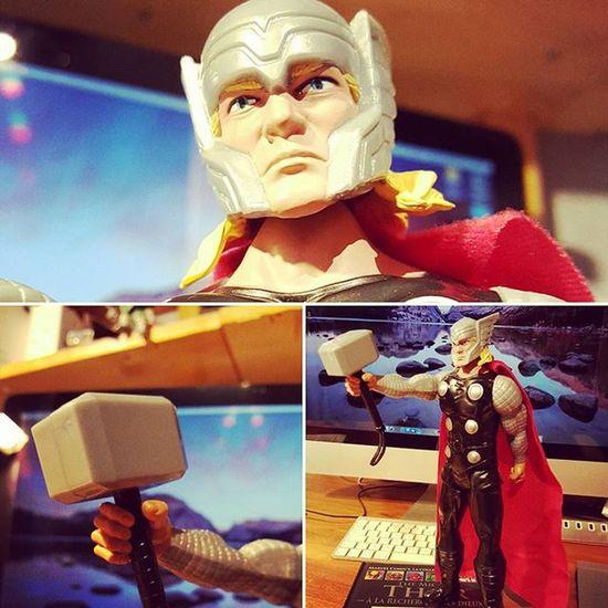 Et voici un de mes cadeaux d'anniversaire : la figurine Thor  de 30cm Marvel Asgard Loki mjollnir Avengers