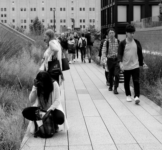 Streetphotography Streetlife Black And White People Citylife Walking The High Line New York Leasure Time