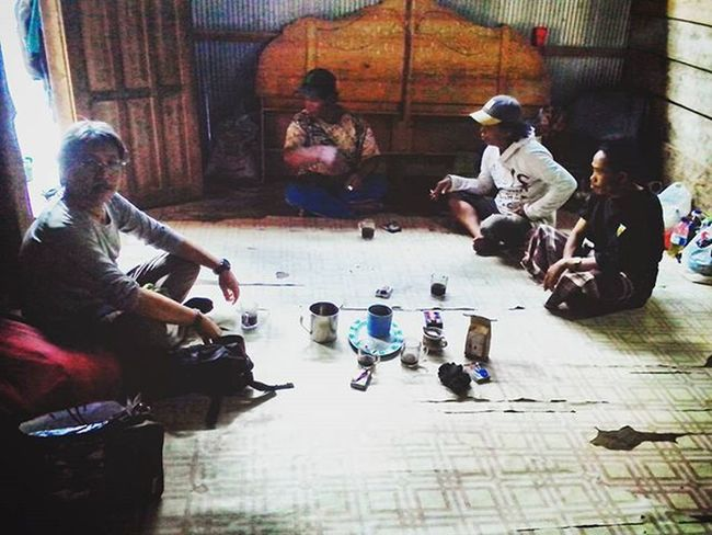 Jamuan Kopi khas latimojong dari Kepala Dusun Karangan untuk Panglima indosat@venturer (i@-01) Pa' @leo080214 yang selalu mensupport dan turut serta membawa pasukannya dalam menyelesaikan misi seven summit Indonesia. . . Instastorylatimojong Indosatsnaps Indosatsnap Indosat_adventurer