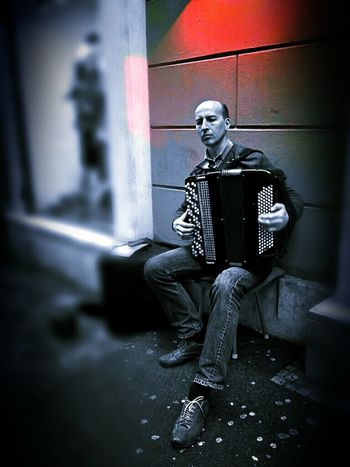 Streetmusician The Little Red Something is listening. J. S. Bach, Toccata and Fugue in D minor