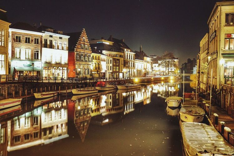 Una noche fría y tranquila. Illuminated Reflection Architecture Building Exterior Night City Built Structure Water Canal Transportation Travel Destinations Outdoors Nautical Vessel No People Sky Cityscape Gante Gent Belgique Belgium Europe Eurotrip Europe Trip Europe_gallery European Architecture