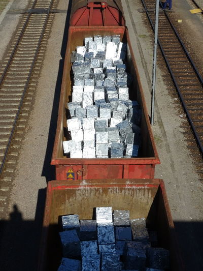 Aluminum Aluminium Aluminium Bars Railroad Track Rail Transportation Perspective Photography Perspective Industrie Industriegüter Wanderlust Perspectives And Dimensions Güterzüge Railroadphotography Güterzug Vogelperspektive Neu Und Alt Recycling Recycled Materials Recycling!