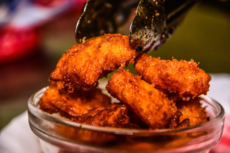 Close-up of chicken wings in bowl on table