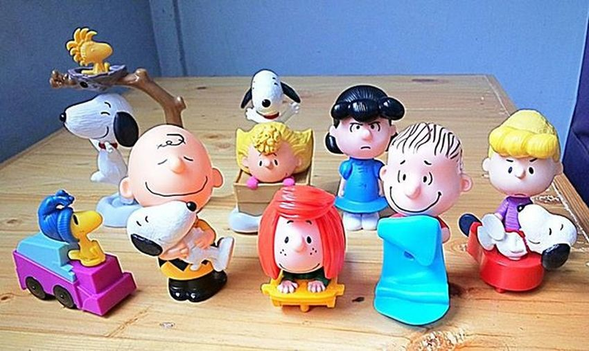 The Peanuts gang Happymeal . L-R: IceCleaningWoodstock , SpinningSnoopy , CharlieBrownandSnoopyBobble , SallyandSnoopy , PeppermintPatty , Lucy , Linus and SchroederandSnoopy
